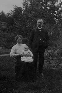 Johannes Henriksson med hustrun Hilda och dottern Verna.