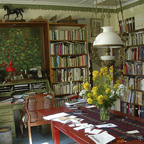 Biblioteket i Kerstin Ljungqvists ateljé.