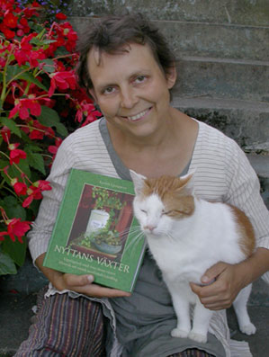 Kerstin Ljungqvist och boken Nyttans växter.