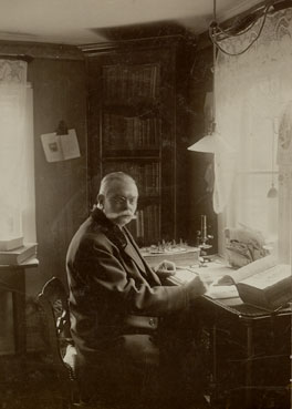 Rektor Henriksson i sitt arbetsrum.