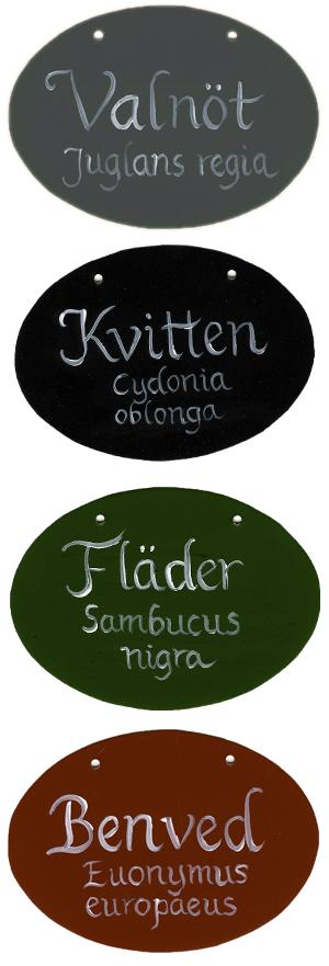 Ovala skyltar i olika färger, handtextade av Kerstin Ljungqvist.