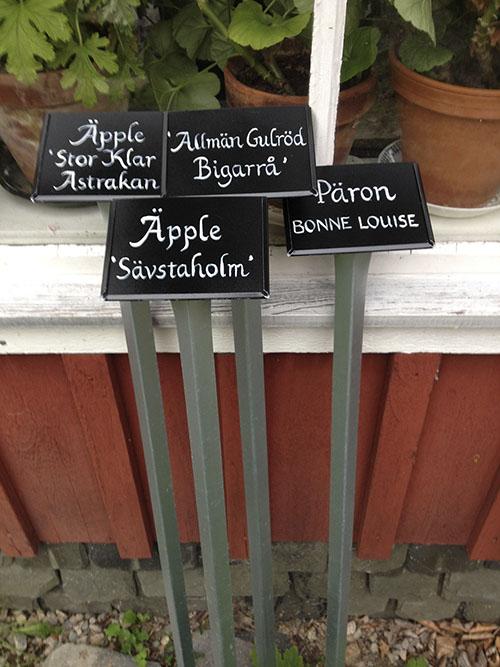 Handtextade skyltar av Kerstin Ljungqvist.