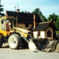 I juni 2002 togs asfalten bort där stationshusets trädgård skulle anläggas.
