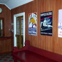 I väntsalen finns kopior av gamla affischer som funnits i järnvägsstationernas väntsalar på 1920- och 1930-talet.   Biljettluckan är en originallucka från Långeds järnvägsstation. Visserligen i full storlek men ändå så liten att den passar här.