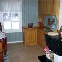 Rummen tapetserades, korkmattor lades och köket gjordes i ordning med en riktig vedspis av mindre modell.