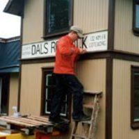 Elever från högstadiet i Mellerud deltog under ett par veckor i arbetet. De slipade, målade och skruvade upp skyltarna.