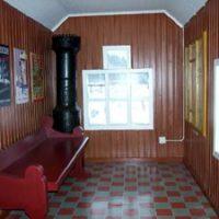 Golvet är illusionsmålat så att det ser ut som de röda och grå klinkers som fanns i den gamla väntsalen.  I hörnet står en modell av en järnkamin.