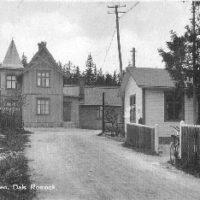 Baksidan av stationhuset, den sida som vetter mot öster och Brunnsvägen.  Det lilla vita huset till höger finns kvar än idag.