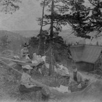 Den gamla anhalten ovanför Rostocks Brunn.  På berget ovanför järnvägen har några brunnsgäster spänt upp hängmattor. Brunnsgästerna gick ofta upp på berget för att njuta av utsikten och personal från Brunnen kom upp med kaffekorg till dem.