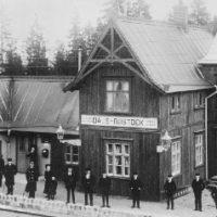 2002 års bild:  Stationshuset 1908, då det var alldeles nybyggt. Man kan tydligt se att den vänstra ljusare delen är den gamla anhaltstationen som stod ovanför Rostocks Brunn.