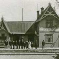 2007 års bild:  Bilden är tagen år 1918 och är från Stig Nybergs samling med järnvägsbilder,  Sveriges Järnvägsmuseum i Gävle.