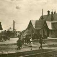 2008 års bild:  Bilden är från ett vykort från 1930-talet.  Den är lite sliten och repad men rolig då den visar vad mycket liv och rörelse det var vid stationen förr.