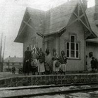 2010 års bild:  Bilden är tagen påsken 1935 eller 1936. Framför stationhusets bagageavdelning står en samling barn utklädda till påskkäringar och påskgubbar. Bilden har vi lånat från Thore Edhborg i Eskilstuna