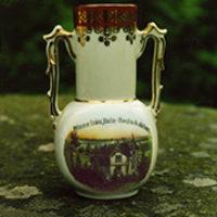 2011 års bild:  Årets samlarbild är en minnesvas med stationshuset på. Den är lånad av antikhandlare Sten Torstensson som har samlat många sådana vaser från Dalsland. Han berättar att den sannolikt är från 1910-talet. Det var mycket populärt kring förra sekelskiftet med sådana minnessaker i porslin och de tillverkades i Tyskland. Man skickade en bild och kunde få den tryckt på vaser, äggkoppar, askkoppar och liknande.