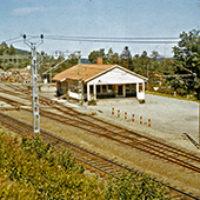 2012 års bilder:  Bilderna är tagna av Henning Aronsson i början av 1970-talet och visar den senaste stationen som byggdes 1941, samma år som den gamla revs. Den nya, som byggdes i modern funkisstil, fick lika lång, eller ska man säga kort, livslängd som den gamla – 33 år. Antal resenärer hade minskat kraftigt till förmån för den ökade bilismen och persontrafiken upphörde redan några år tidigare, 1968. SJ införde fjärrmanövrering av trafiken, stationen stängde helt 1973 och revs i slutet av 1974.