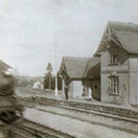 2014 års bild:  Bilden är från 1930-talet och är tagen just när det kommer ett tåg.