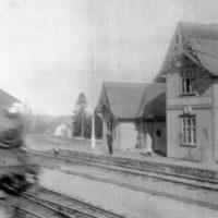 Tåget rusar förbi. Bild från 1930-talet.