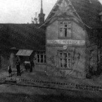 En dålig bild från 1930-talet. Man ser ställverket till höger om väntsalsdörren. Vildvin klättrar på huset.